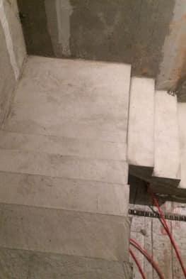 Лестница г-образного вида из бетона с площадкой