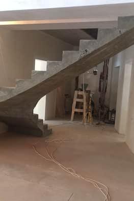 Г-образная лестница с опорой в виде колонн