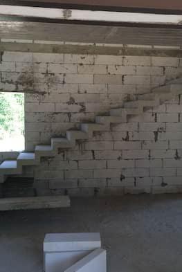 Г-образная лестница с площадкой и зеркальным дном