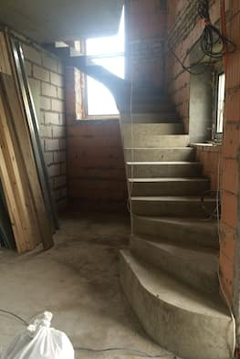 Нестандартная г-образная бетонная лестница