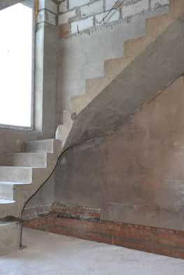 Г-образная бетонная лестница с площадкой - Фото 13