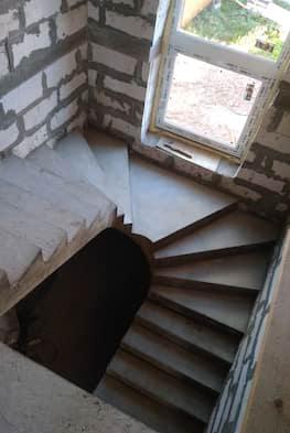 Полувинтовая монолитная лестница с промежуточной площадкой от 40 000 рублей за погонный метр