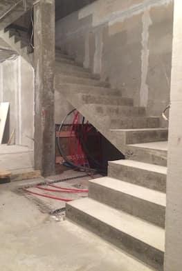 Г-образная бетонная лестница с площадкой