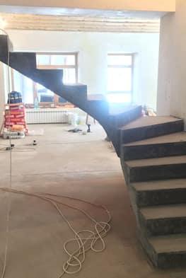 Монолитная лестница с поворотом 90 градусов и забежными ступенями