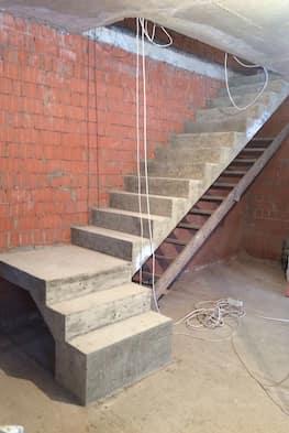 Г-образная лестница с площадкой с одной стеной