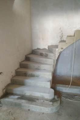 Г-образная лестница из бетона с пригласительными ступенями