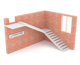 Г-образная бетонная лестница с площадкой на внутреннем косоуре